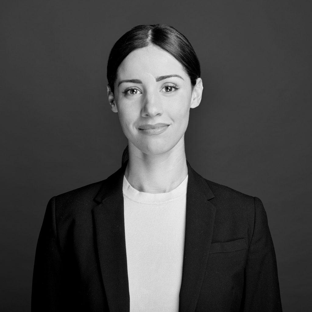 Retrato en blanco y negro de Ana Paula Landi - experta en micropigmentación de labios, cejas y ojos en Barcelona