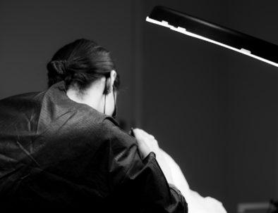 Ana Paula Landi haciendo micropigmentación de cejas en Barcelona